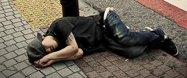 睡成一片的東京街頭