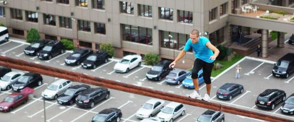 不要命了!走鋼索+單手掛高樓的男人