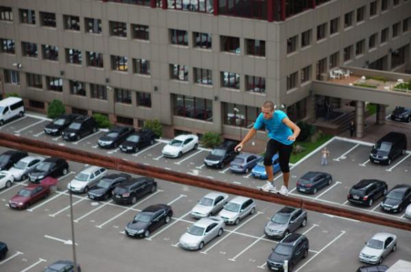 不要命了!走鋼索+單手掛高樓的男人1