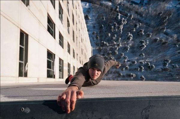 不要命了!走鋼索+單手掛高樓的男人12