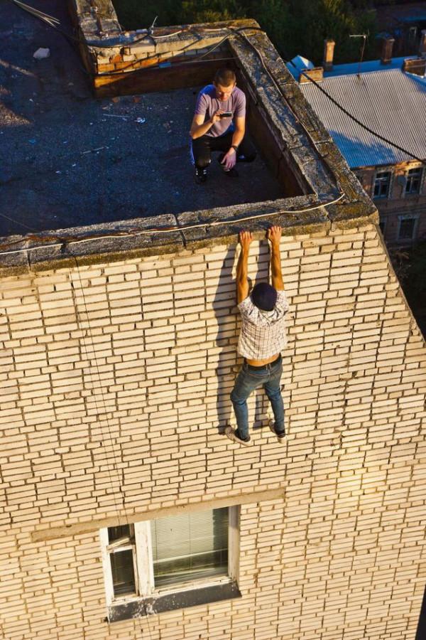 不要命了!走鋼索+單手掛高樓的男人20