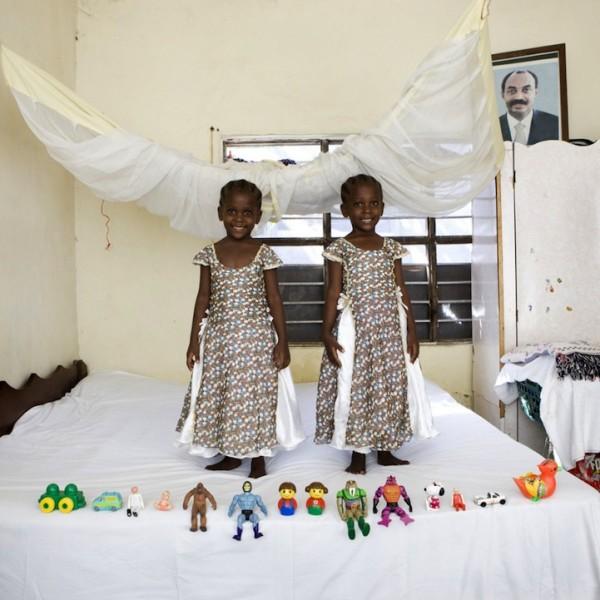 各國孩子展示自己的玩具10