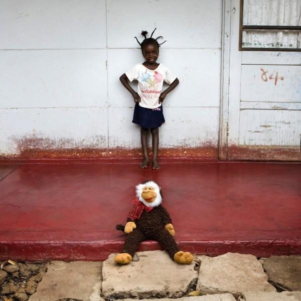 各國孩子展示自己的玩具11