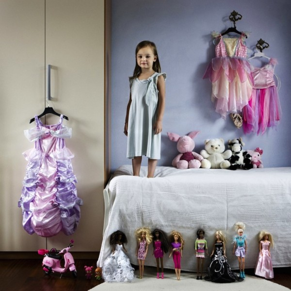 各國孩子展示自己的玩具16