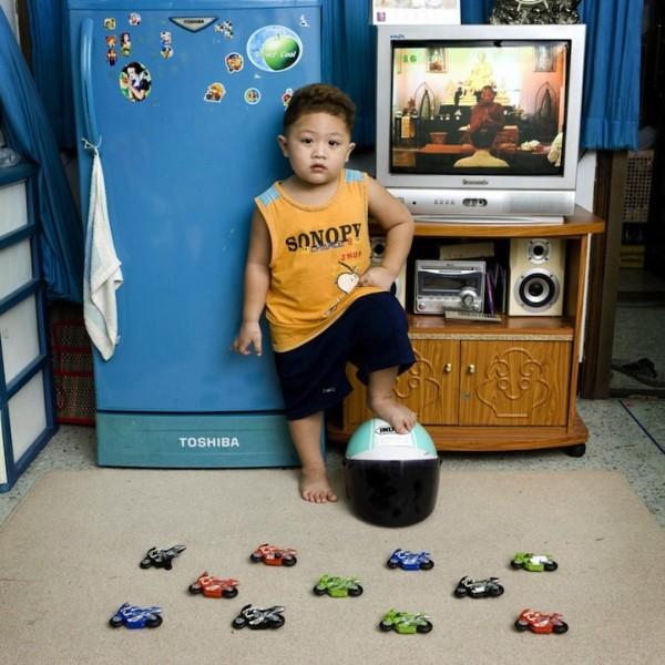 各國孩子展示自己的玩具19