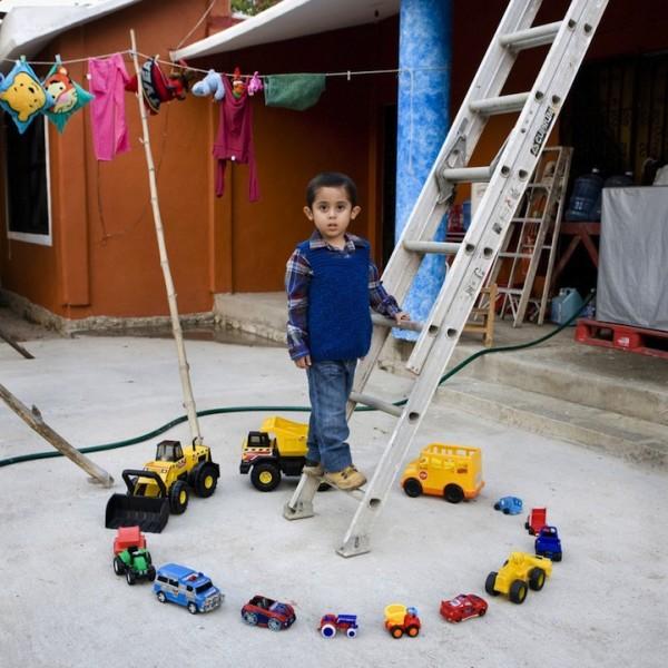 各國孩子展示自己的玩具3