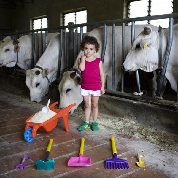 各國孩子展示自己的玩具4
