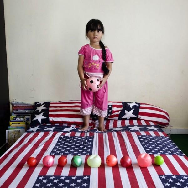 各國孩子展示自己的玩具5