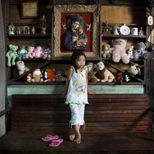 各國孩子展示自己的玩具8