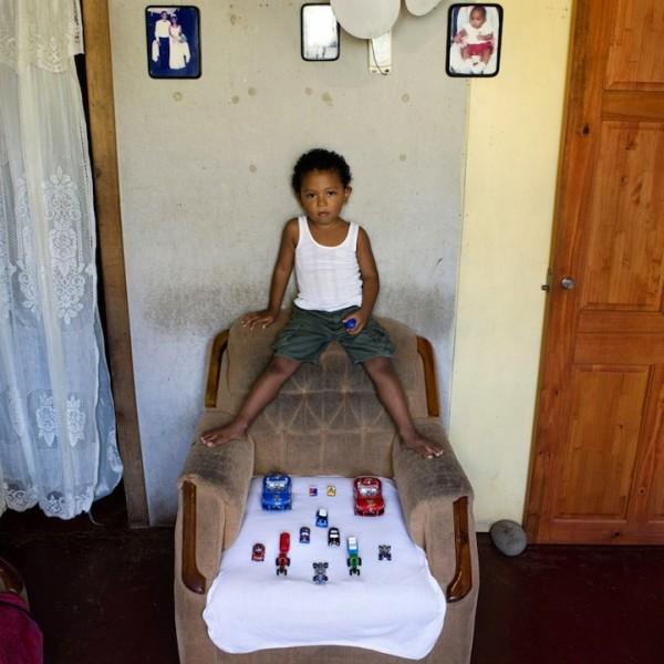 各國孩子展示自己的玩具9