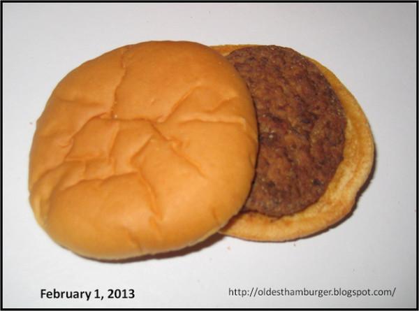 別客氣,來口活了14個年頭的漢堡吧!2