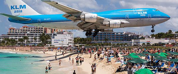飛機從你頭上飛過的海灘