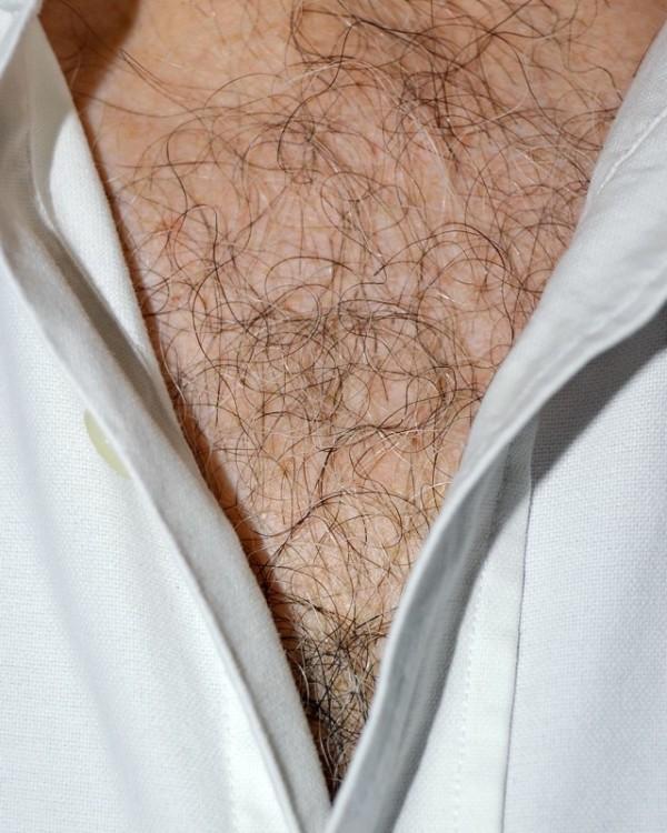 男人胸口上的V13