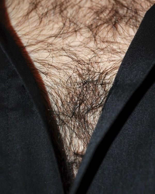 男人胸口上的V14