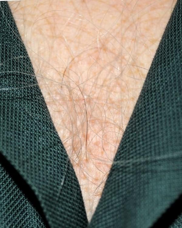 男人胸口上的V5