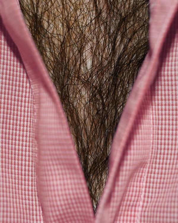 男人胸口上的V6
