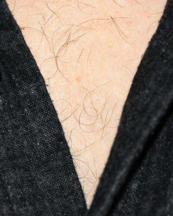 男人胸口上的V9