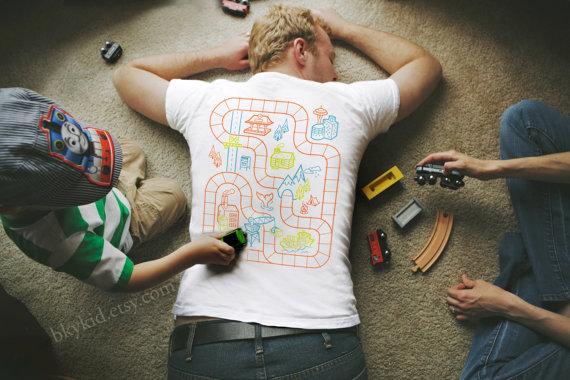 穿上這件T-shirt,小孩主動幫你按摩!3