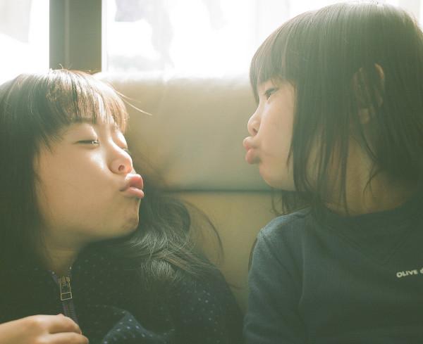 卡哇依!什麼都要親一下的日本小女孩11