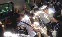 感人一幕!日本車站旅客全體推火車救人