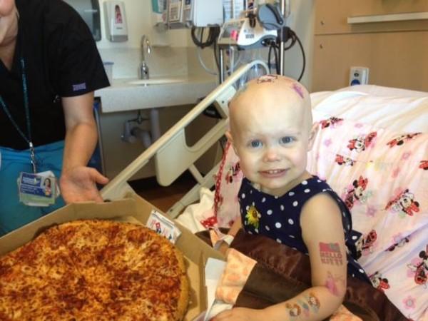 溫馨!癌童媽媽窗上貼送比薩,於是....1