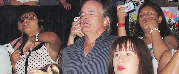 好無奈啊!被女兒拖去演唱會的爸爸們