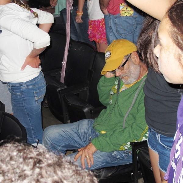 好無奈啊!被女兒拖去演唱會的爸爸們4