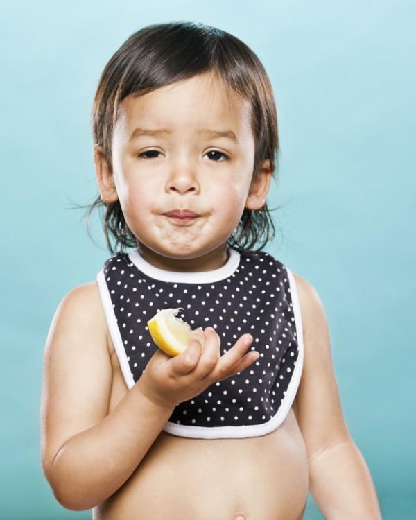 嬰兒初嚐檸檬的好笑表情8