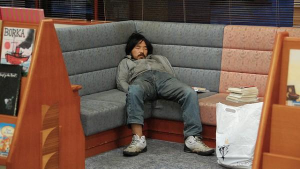 活捉在圖書館裡睡著的人!1