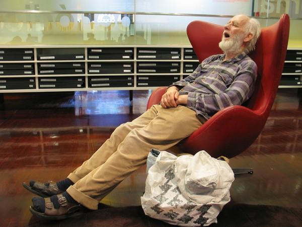 活捉在圖書館裡睡著的人!13