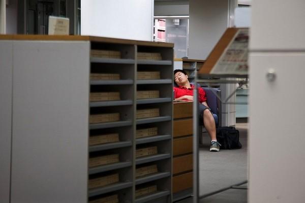 活捉在圖書館裡睡著的人!3