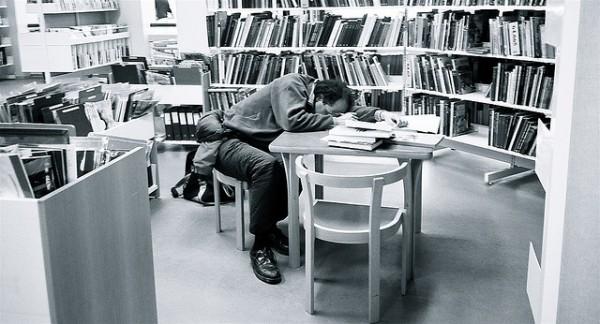 活捉在圖書館裡睡著的人!8