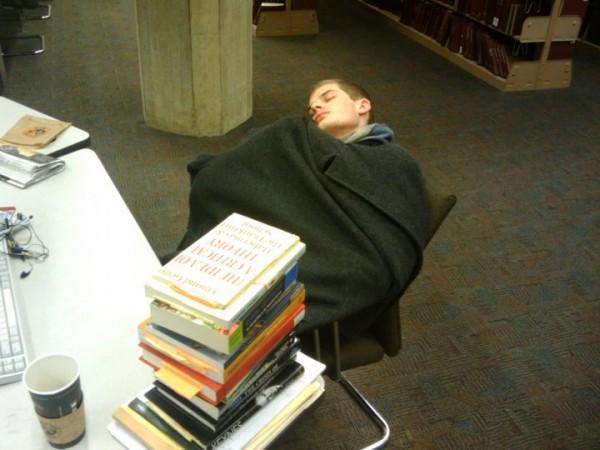 活捉在圖書館裡睡著的人!9