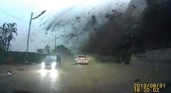 基隆土石流,汽車差一秒被超大巨石碾過2
