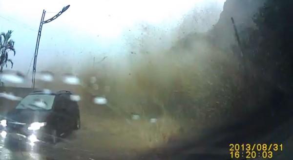 基隆土石流,汽車差一秒被超大巨石碾過3