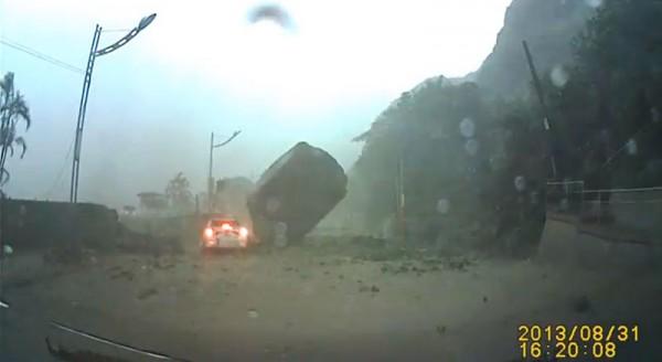 基隆土石流,汽車差一秒被超大巨石碾過4