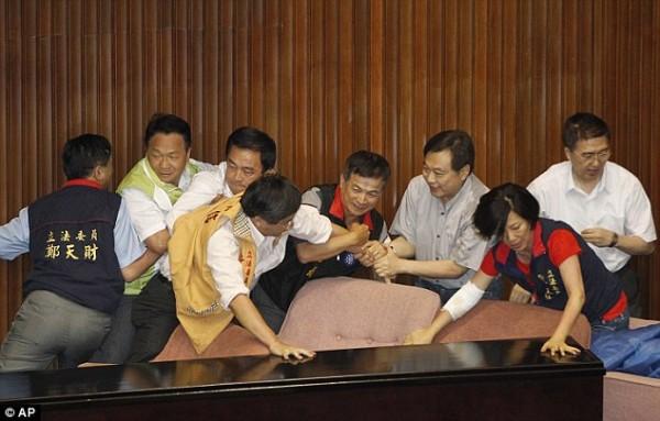 戰鬥力破表的台灣立法院!1