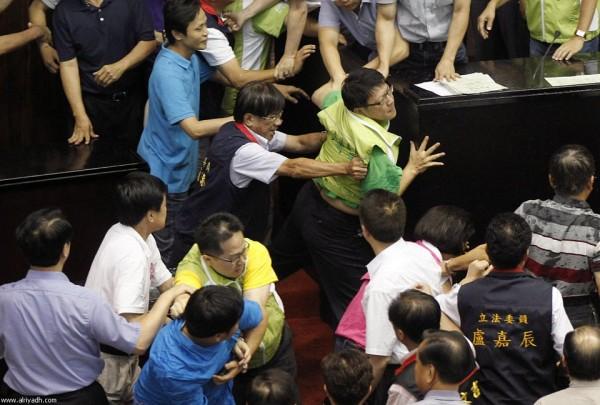 戰鬥力破表的台灣立法院!13