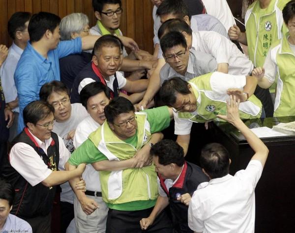 戰鬥力破表的台灣立法院!17