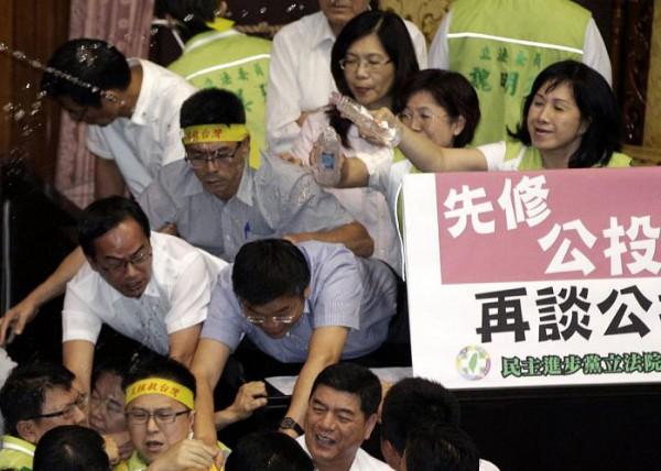戰鬥力破表的台灣立法院!8