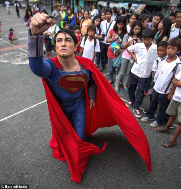把自己整型成超人的菲律賓人5