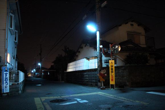 為什麼日本的夜晚是螢光藍?10