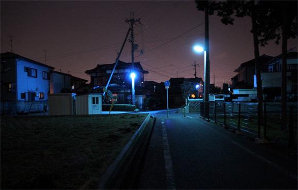 為什麼日本的夜晚是螢光藍?8