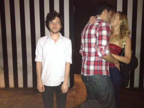 美版去死團!專找熱吻情侶當背景自拍11