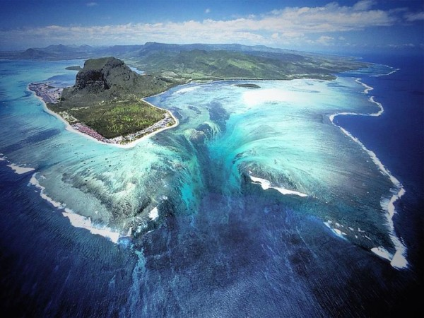 衛星拍到的超逼真巨型海底瀑布1
