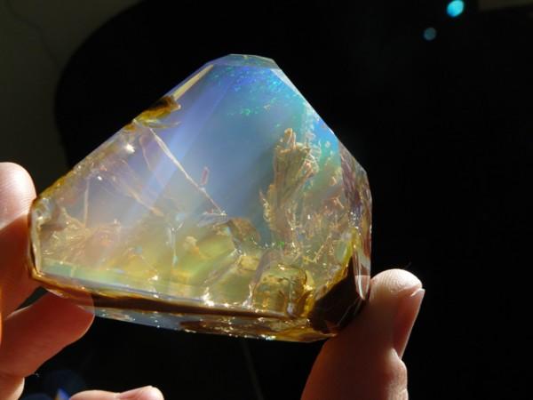 這種石頭看起來像裝了海洋在裡面!1