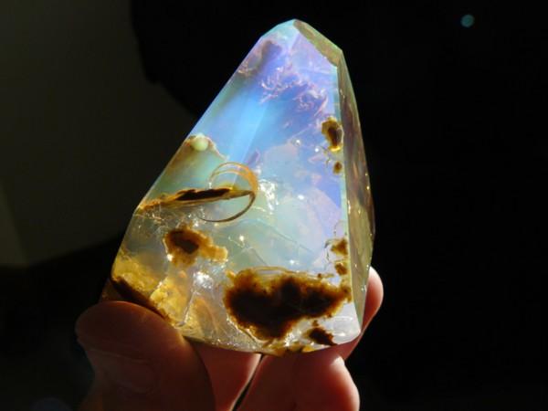 這種石頭看起來像裝了海洋在裡面!5