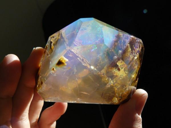 這種石頭看起來像裝了海洋在裡面!8