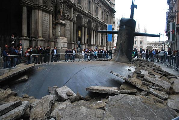 在演哪齣?超大潛水艇從米蘭地底下冒出4