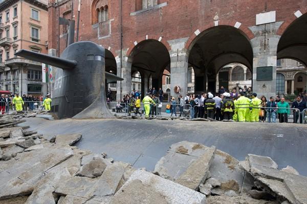 在演哪齣?超大潛水艇從米蘭地底下冒出7